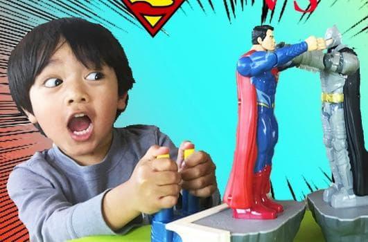 дете с играчки