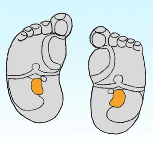 Масажът на стъпалата при новородено действа успокояващо