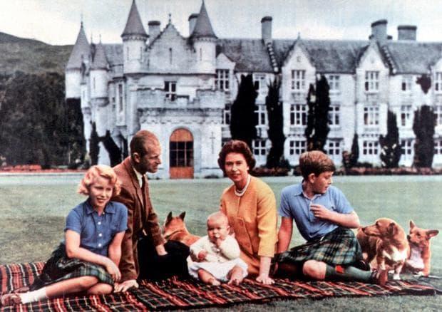 кралицата с домашните си любимци