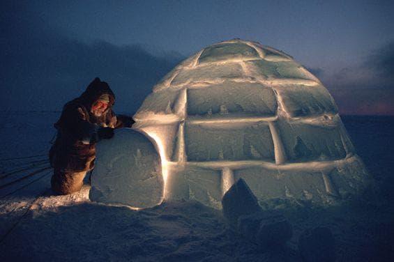 Инуит строи своето иглу