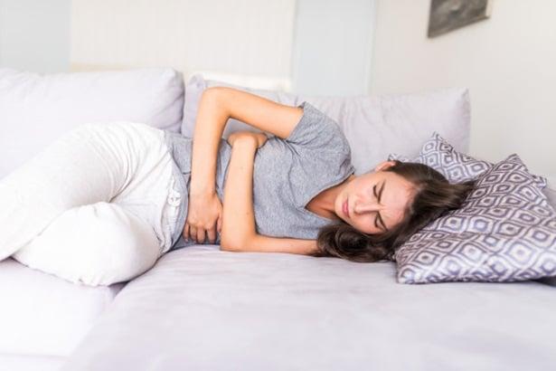 Жена с болка в корема