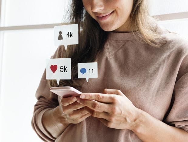 жена в социалните мрежи