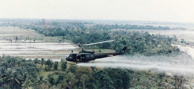 Хеликоптер ръси с химикали над Виетнам