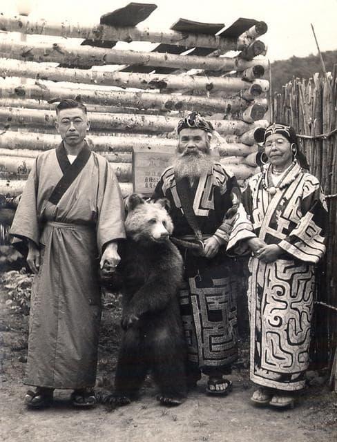 Японски турист, хванал ритуално мече на айни