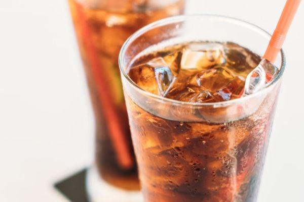 Амонячно-сулфитния карамел (E150d) се използва в производството на газирани напитки.