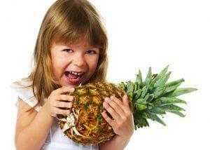 Момиченце с ананас