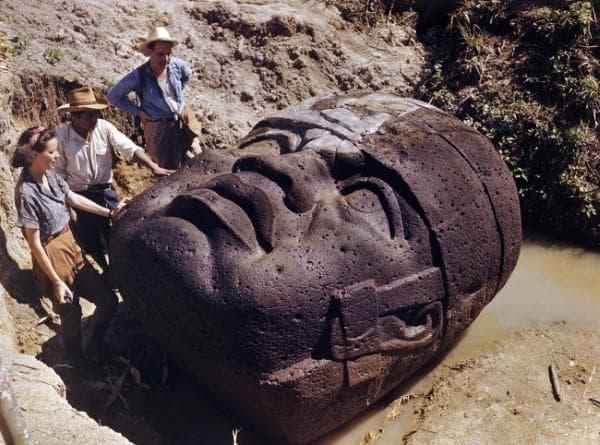 Олмекска каменна глава