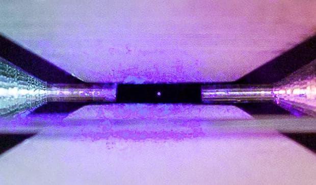 Увеличено изображение на атом
