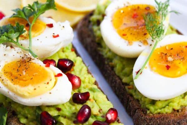 сандвич с яйца и авокадо