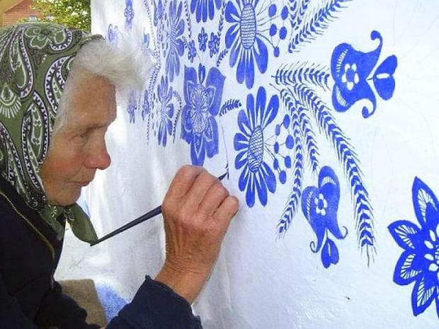 възрастна жена, която рисува