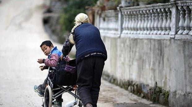 Трогателно: Баба изминава 24 км ежедневно, за да изпрати своя внук до училище