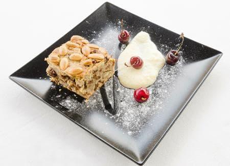 бадемов сладкиш със стафиди и канела