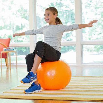 Балансиране на фитнес топка за изправяне на стойката