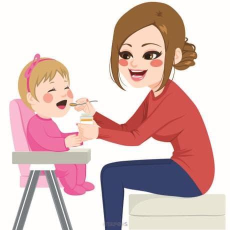 майка храни детето си