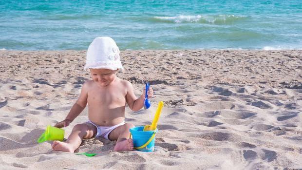 Бебе играе в пясъка