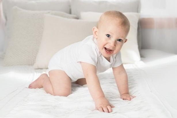 Бебе пълзи на леглото