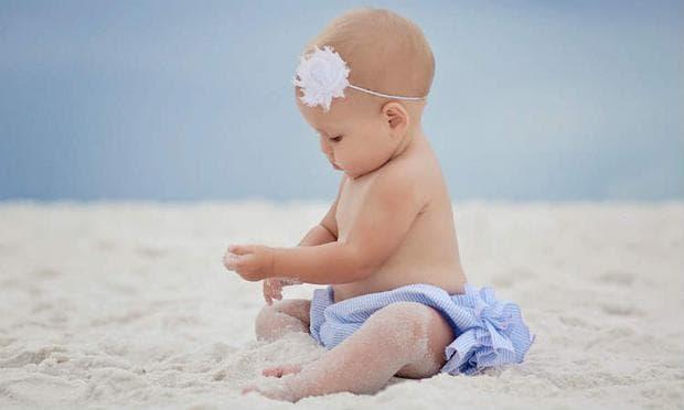 бебе играе с пясък