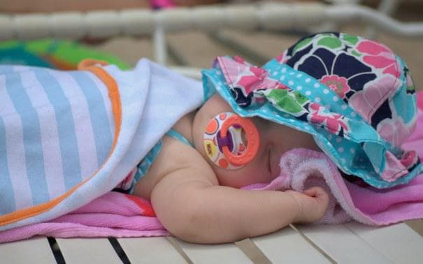 Бебе спи на плажа