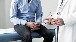 Мъж стои пред лекар