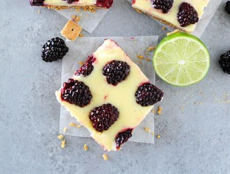 десерт от бисквити с шоколад, крема сирене и къпини