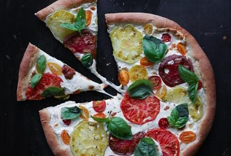 бяла пица с крема сирене, моцарела, домати и босилек