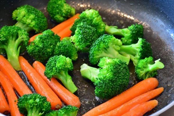 броколи на пара с моркови