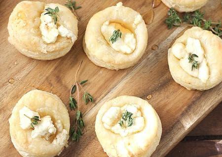 хапки с бутер тесто, мед и сирене