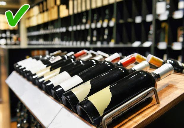 Хоризонтално разположени бутилки с вино