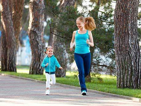 Майка и дете бягат