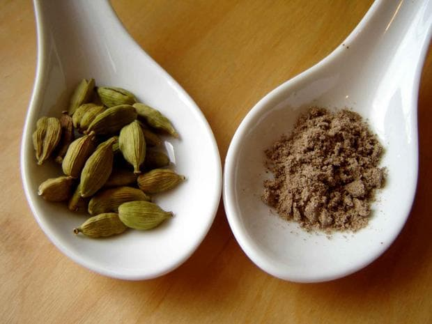 плодове и семена на прах от кардамон