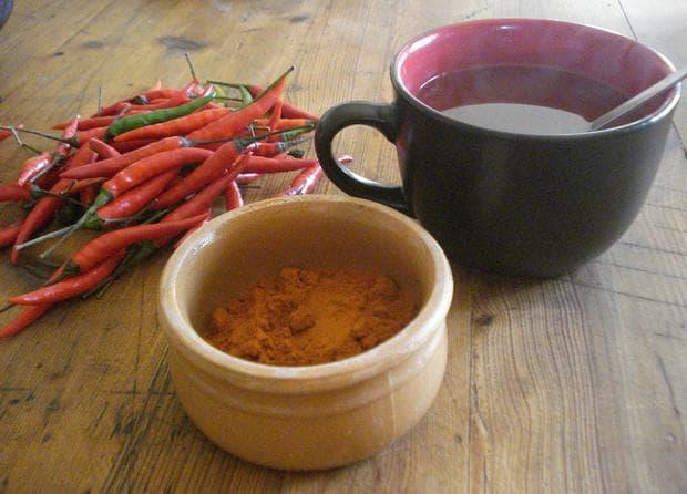 Чаша чай, люти пчушки и червен пипер на прах