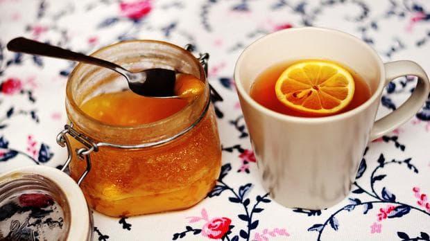 чаша чай с лимон и бурканче с мед