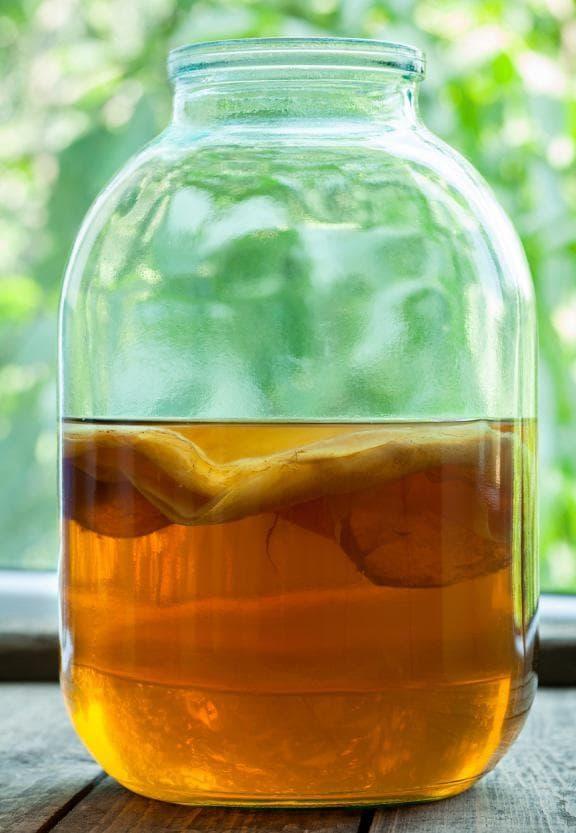 Смесване на чая със закваска Комбуча