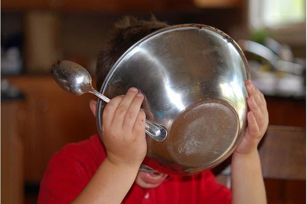 Облизване на купа от кекс