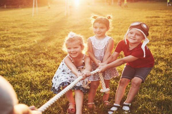 деца, деца играят с въже