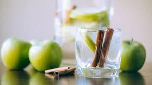 Чаша вода с ябълки канела