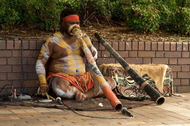 Австралийски абориген, свирещ на диджериду