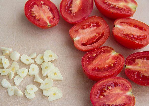 домати и чесън