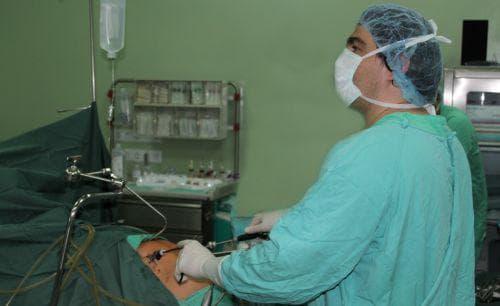 Д-р Атанасоф по време на лапароскопска операция