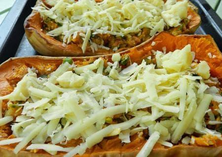 пълнена тиква с кайма, зеленчуци и кашкавал