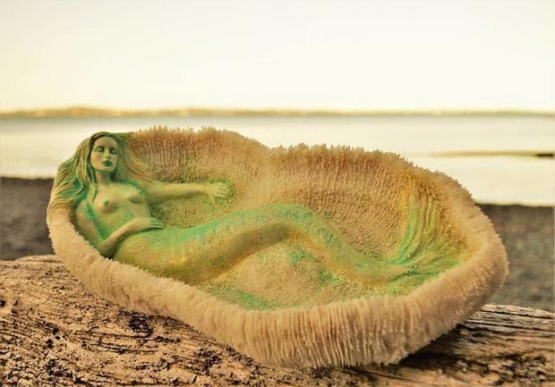 Дървена скулптура на русалка