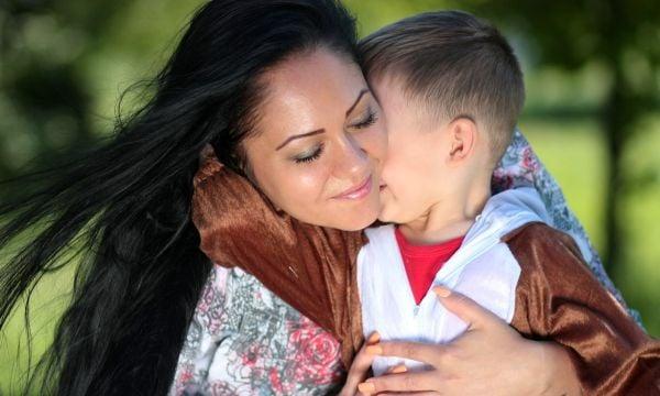 майка и дете, срамежливо момче, срамежливо дете