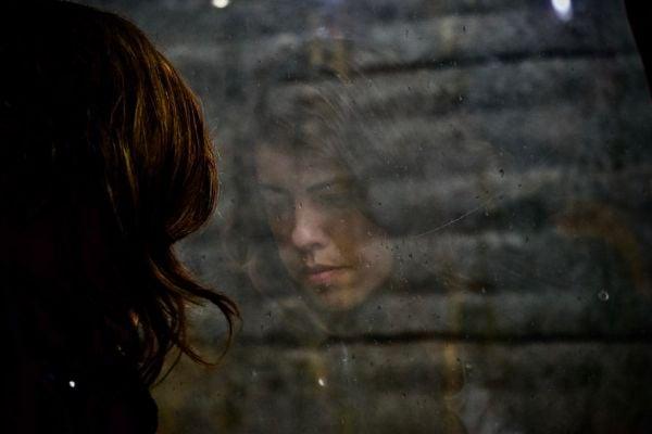 момиче, тъжно момиче, момиче до прозорец