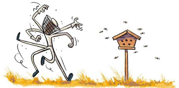 Мъж с предпазен пчеларски костюм