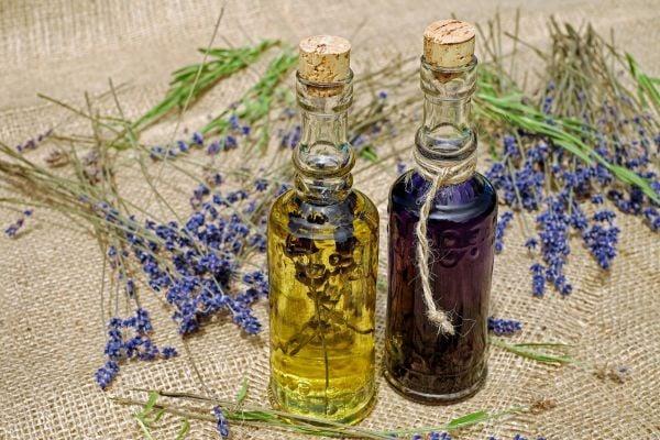 Използвайте етерично масло от лавандула, за да намалите болката в китките.