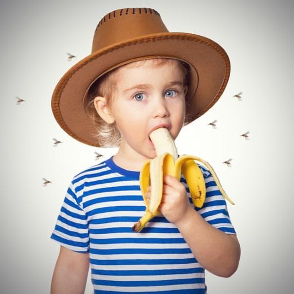 Дете, ядящо банан