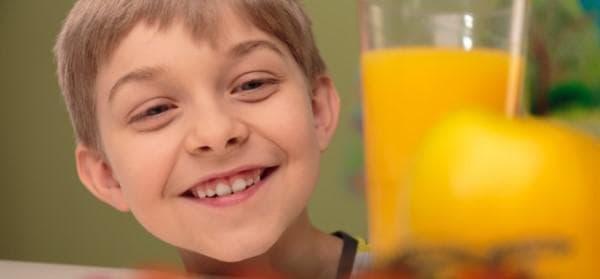 Дете с чаша сок