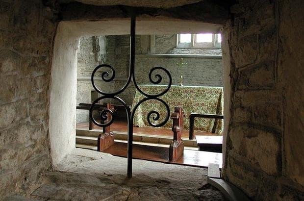 дупки в катедралата