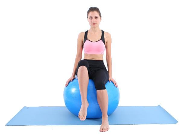 Повдигане на колената от седеж върху фитнес топка