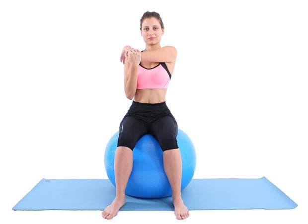 Стречинг за раменете върху фитнес топка